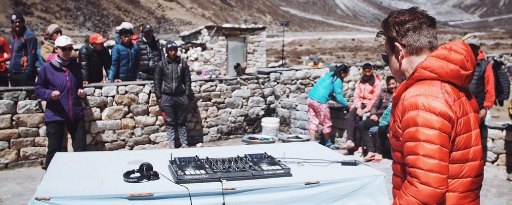 Paul Oakenfold legt im Everest-Basecamp auf