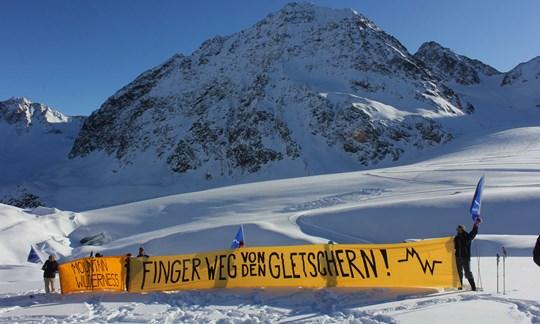 Ein Banner gegen das größte Gletscherskigebiet Europas