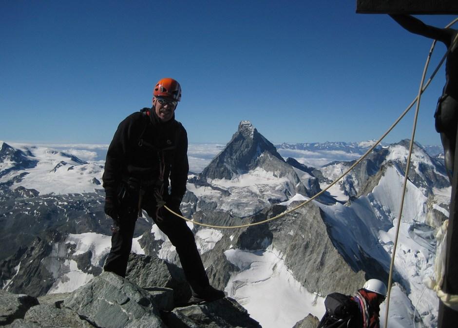 Gut gesichert am Gipfelkreuz vis a vis zum Matterhorn