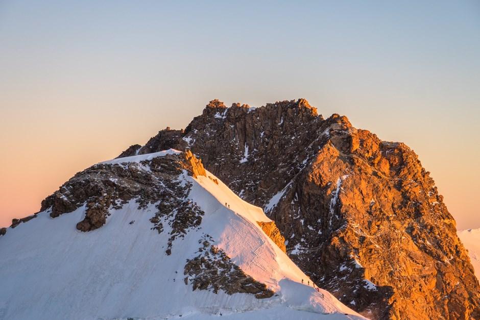 2 Seilschaften am Weg zur Zumsteinspitze