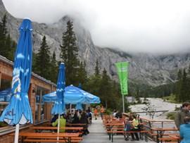 Hier wird's bei gutem Wetter voll werden: Die bachseitige Terrasse der Höllentalangerhütte.