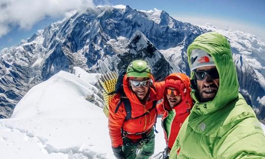 Geschafft: Gerhard Fiegl, Alexander Blümel und Hansjörg Auer (v.li.) auf dem Gipfel des Nilgiri South.