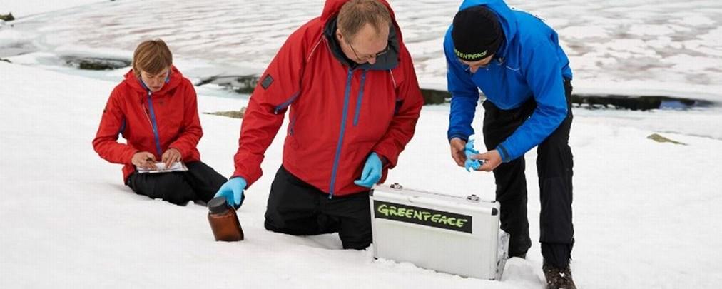 Greenpeace-Wissenschaftler entnehmen Proben zur Bestimmung von PFC-Rückständen