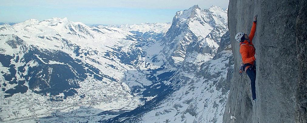 """Dani Arnold glückt erste Winterbegehung der Route """"Deep Blue Sea"""""""