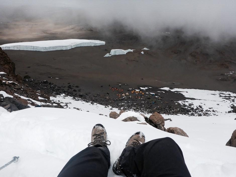 Schneereicher Abstieg vom Gipfel in den Krater.