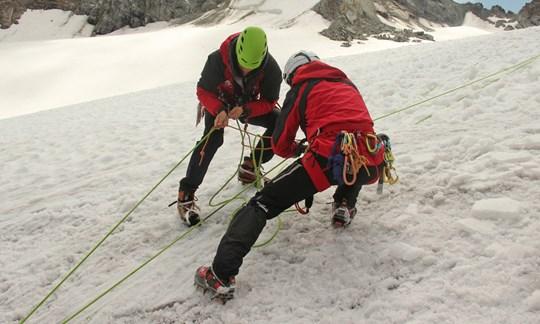 """Den Aufbau der """"losen Rolle"""" sollte jeder Skihochtourengeher sicher beherrschen."""