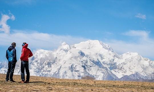 Das Ziel fest im Blick: David Göttler und Ueli Steck vor der mächtigenBergkulisse der Shishapangma.