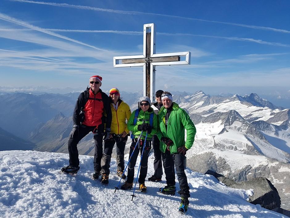 Viele Bergsteiger am Gipfel