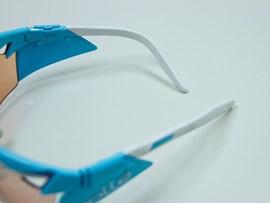 Seitliche Pads schützen vor Windund biegbare Bügel für optimale Anpassbarkeit an die Kopfform.