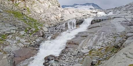 Rauschender Gletscher-Wasserfall