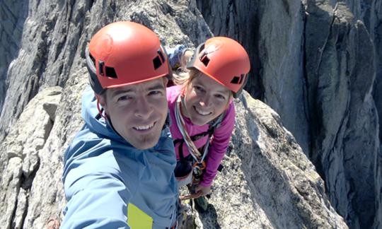 Am Gipfel des Pizzo Badile: Dani Arnold mit seiner Frau Denise