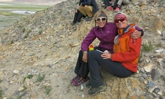 Gipfelglück:Billi Bierling (li.) mitSusanne Müller Zantop. Der 60-Jährigen glückte ebenfalls die Besteigung des Cho Oyu. Sie ist damit die älteste Deutsche, die den Gipfel des Achttausenders erreichen konnte,