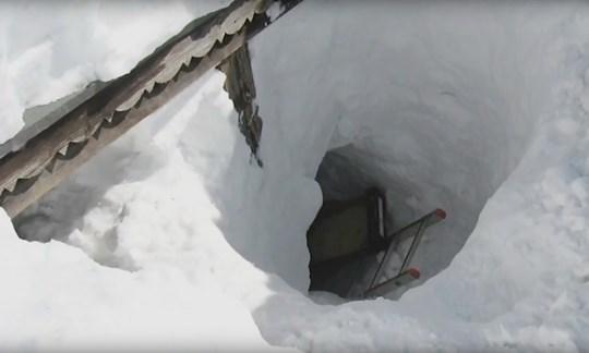 """In einer aufwändigen Aktion gruben sich die Rettungskräfte der Bergwacht vier Meter tief bis zur Hütte der """"Sennerin vom Geigelstein"""" durch."""