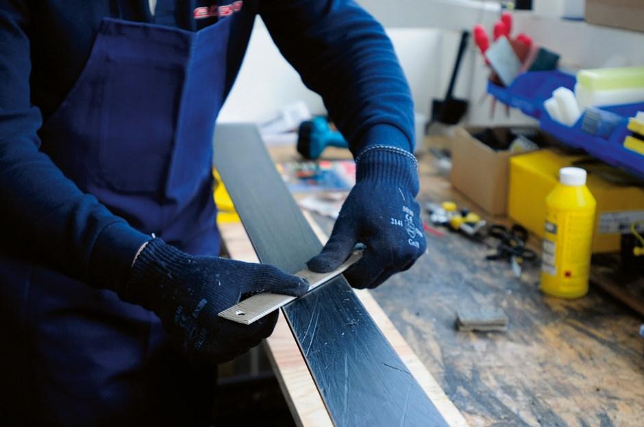 Mit der Karosseriefeile werden Fasern und Grate am Belag entfernt.