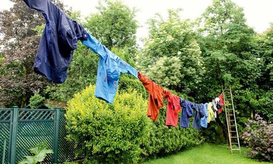 Bei Regen und Sonne hingen die Jacken vier Wochen im Freien. Dabei haben wir immer wieder die DWR getestet und die Ergebnisse festgehalten.