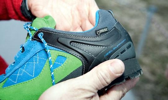 Man sollte vor dem Kauf auch mit der Hand in einen Schuh reinfassen. Störende Übergänge von Polstern lassen sich gut erfühlen.