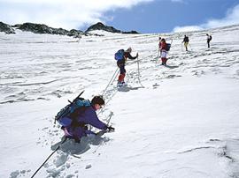 Nach Neuschnee sind instabile Gletscherbrücken oft tückisch verschneit.