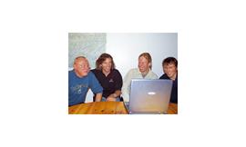 Gemütliche Runde in der ALPIN-Redaktion: Clemens Kratzer, Stefan Glowacz, Robert Jasper und Olaf Perwitzschky (v.l.n.r.).