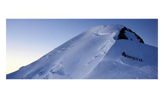 Im Morgengrauen ein wahrer Augenöffner: der Bosses-Grat zum Gipfel.