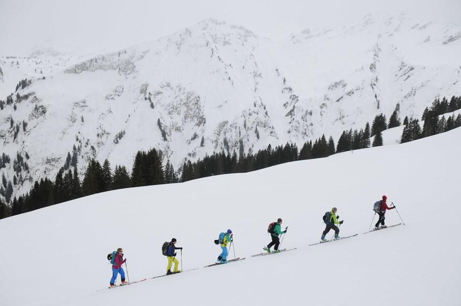 Alles in schwarz und weiß, nur die Skitourenbekleidung ist schön bunt