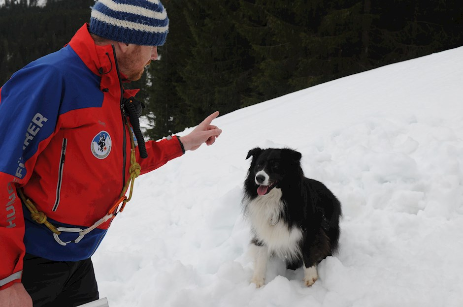 Hundeführer und Hund sind ein eingespieltes Team