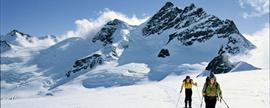 Aufstieg zur Mönchsjochhütte: Die Jungfrau scheint recht nah und dennoch - zumindest mit Ski - relativ unnahbar.