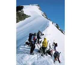 Zeit zum Durchschnaufen am Skidepot im Rottalsattel, ehe der immer steiler werdende Gipfelanstieg beginnt.