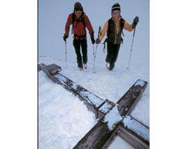 Im letzten Frühling lag das Gipfelkreuz am Widderstein im Schnee, ein Schneesturm hatte es abgerissen.