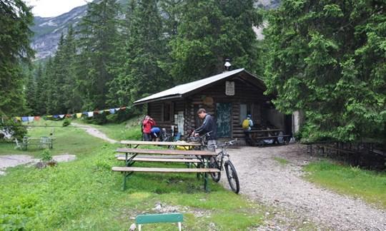 """""""Klassische"""" Mountainbikes vor der Reintalangerhütte im Wetterstein."""