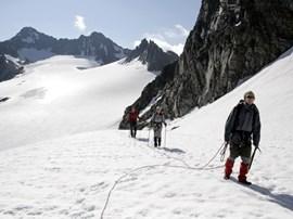Spätestens am Gletscher wird der Gurt angezogen.