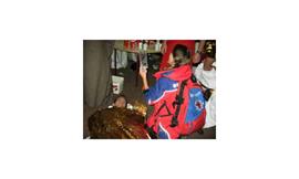 Chaos vor Ort: Eine Helferin der Bergwacht leistet erste Hilfe. Bild: dpa. Quelle: dpa