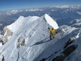 Wenig unterhalb des Gipfels: Simone Moro im eisigen Blau.