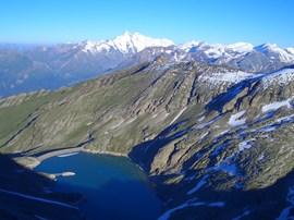 500 Höhenmeter unter dem Goldzechkopf liegt der Zirnsee, dahinter die Glocknergruppe.