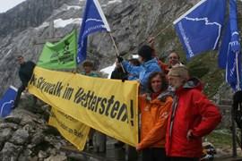Protestierte gegen die geplante Aussichtsplattform: Stefan Glowacz (2. v. re.).