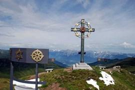 Einmaliges Arrangement: Gipfelkreuz am kleinen Gilfert.
