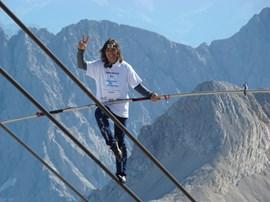 """Victory-Zeichen: Freddy Nock kurz vor seinem persönlichen """"Gipfelsieg"""". Bild: Bayerische Zugspitzbahn Bergbahn AG."""