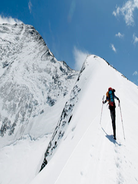 Gehen im Schnee: der bergseitige Stock unter dem Griff gefasst, der talseitige als Stütze verwendet.