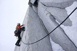 """Schnee und Eis: widrige Kletterbedingungen in """"Royal Flush""""."""