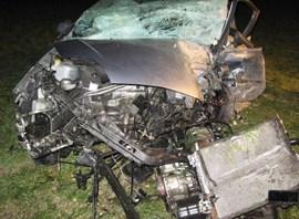 Nur noch Schrott: Einer von insgesamt vier PKWs, die in dem Unfall am 26.11.2013 involviert gewesen waren (Foto: picture-alliance.com)