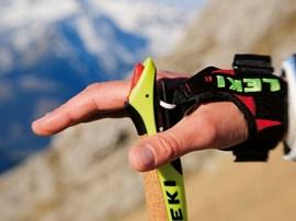 Hilfreich: eine spezielle Handschlaufe für die Stöcke.