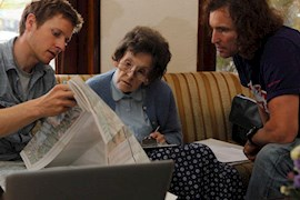 Besprechung in Kathmandu: Göttler (li.) und Glowacz bei Elizabeth Hawley in Kathmandu. (Bild: Klaus Fengler).