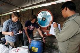 Letzte Vorbereitungen: Göttler und Glowacz packen in Kathmandu (Foto: Klaus Fengler).