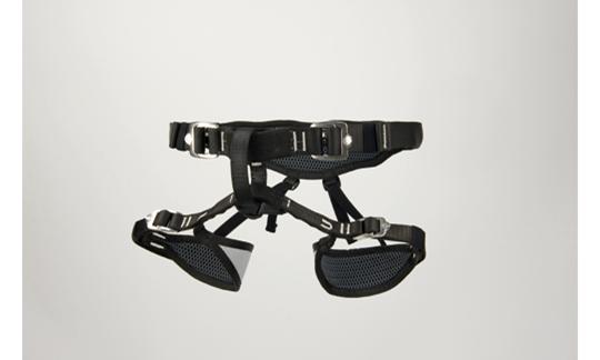 Ein idealer Kinder-Klettergurt: Schnallen an den Beinschlaufen und zwei Schnallen am Hüftgurt.