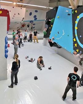 Viel Platz und viel Spaß bietet die neue Boulderhalle in Regensburg.