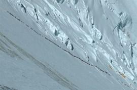 Die Karawane zieht weiter: Blick in die Lhotse Flanke am 18. Mai 2012 (Foto: Ralf Dujmovits).