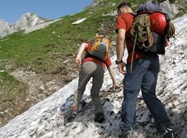 Volle Konzentration bei der Querung von Altschneefeldern (Foto: OeAV).