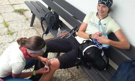 Gut, wenn die Physiotherapeutin im eigenen Team mitläuft: Linda taped Resis Knie.