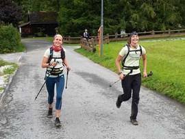 Gleich im Ziel: Linda (li) und Resi in Nassereith.