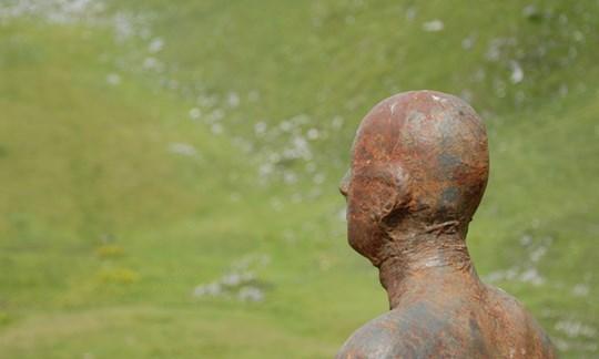 """Hier nagt der Rost: """"Eisenmann"""" des Künstlers Antony Gormley."""