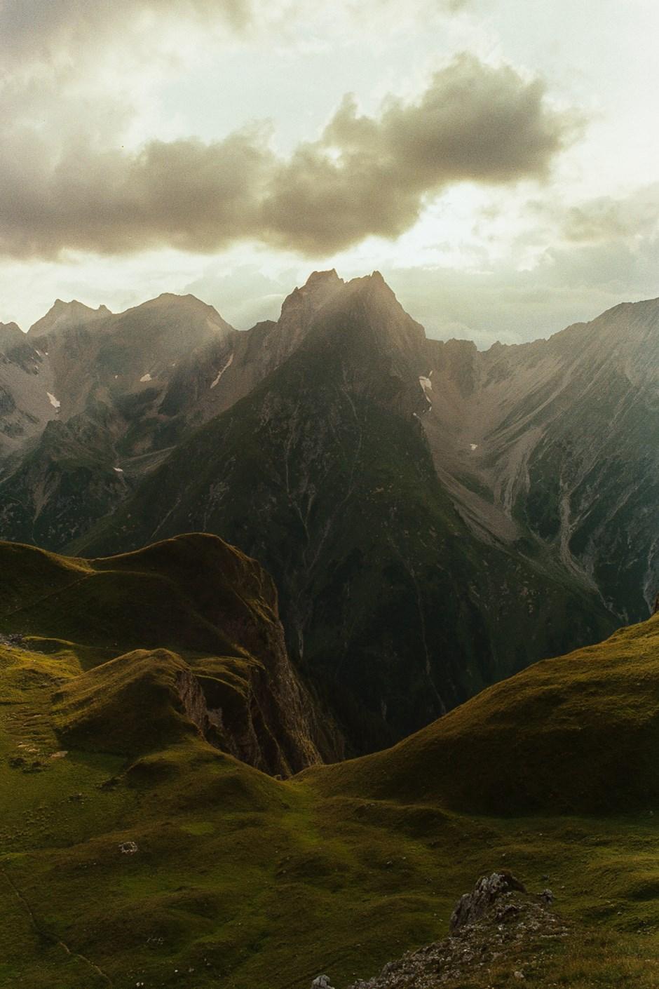 Letzte Sonenstrahlen an der Memminger Hütte über der Freispitze